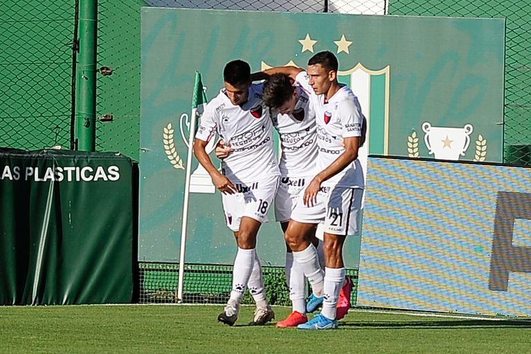 Alexis Castro festeja su gol, el 1-0 de Colón en su visita a Banfield