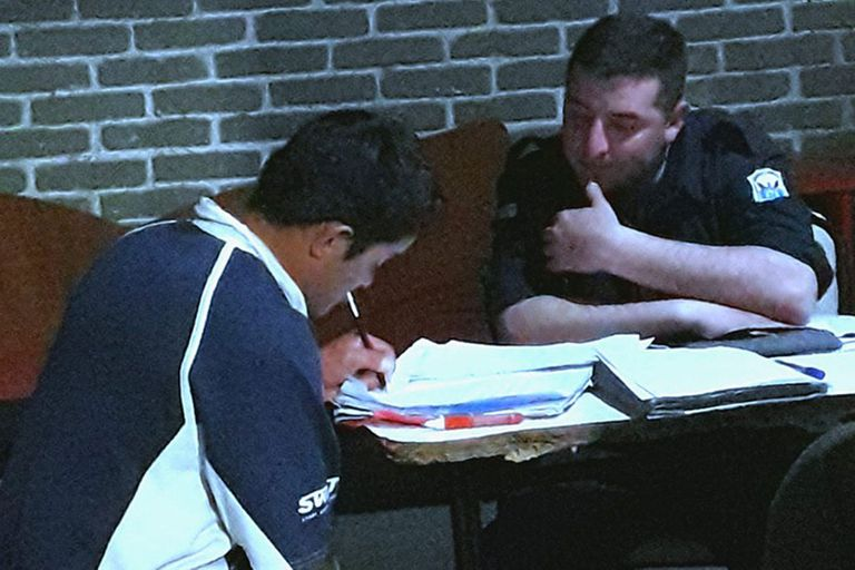 Gesto emotivo: el policía que ayudó a un joven en situación de calle a estudiar