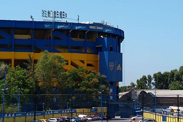 El ingreso al estadio tiene un escudo al frente, junto a la marca que viste al plantel.