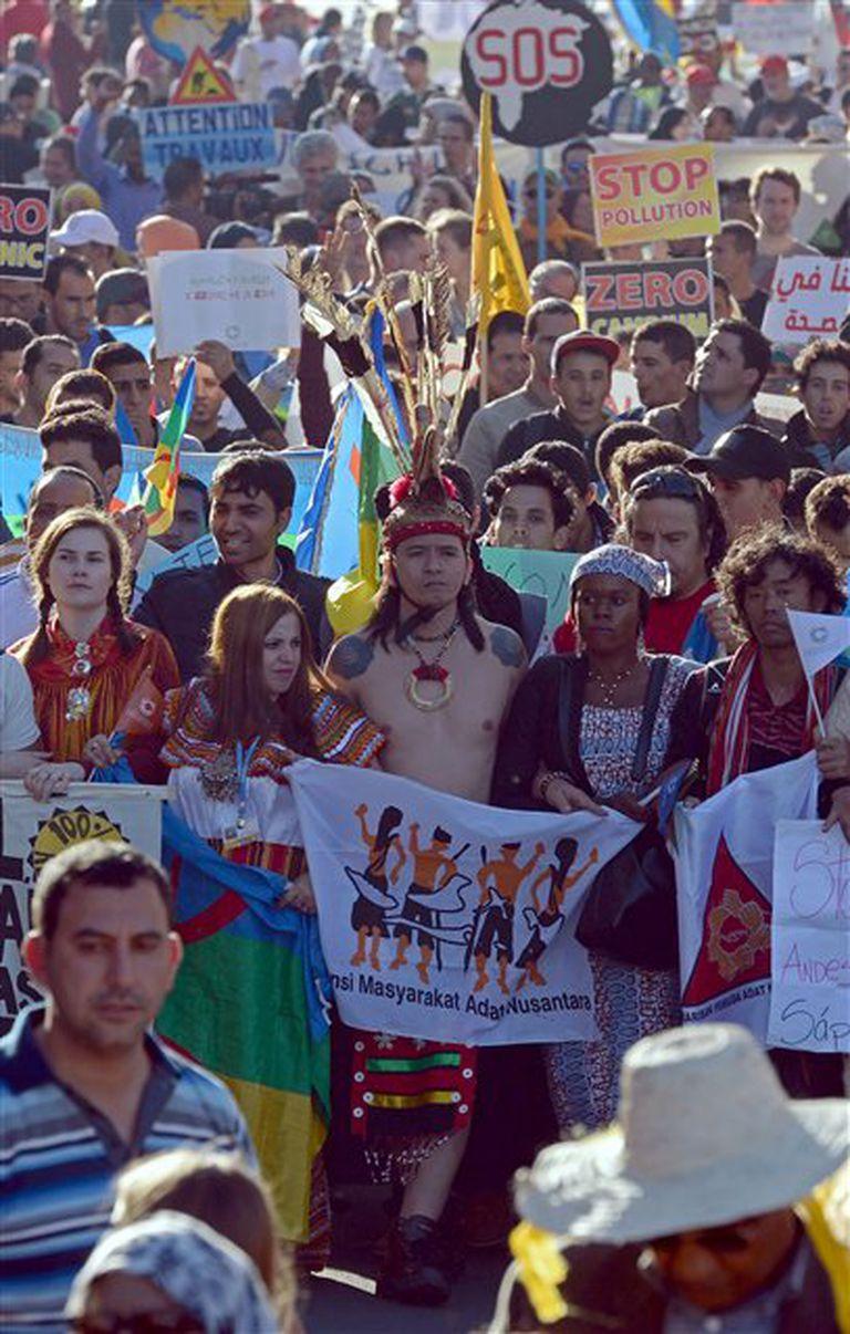 Manifestantes de diversas nacionalidades protestan en la Cumbre de Marrakech