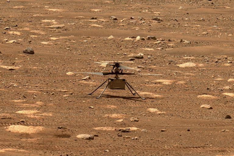 El Ingenuity previo a su despegue del suelo marciano; la foto fue tomada por el rover Perseverance