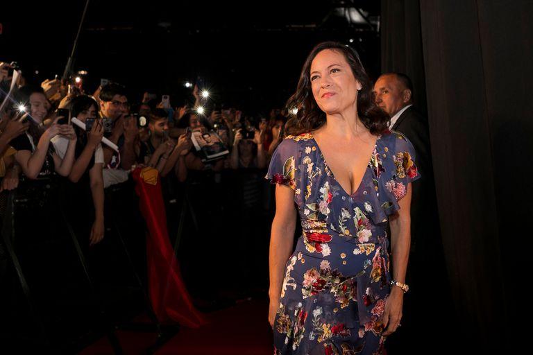 La showrunner de The Witcher, Lauren Schmidt Hissrich, antes de ingresar a participar de un panel de la Comic Con argentina