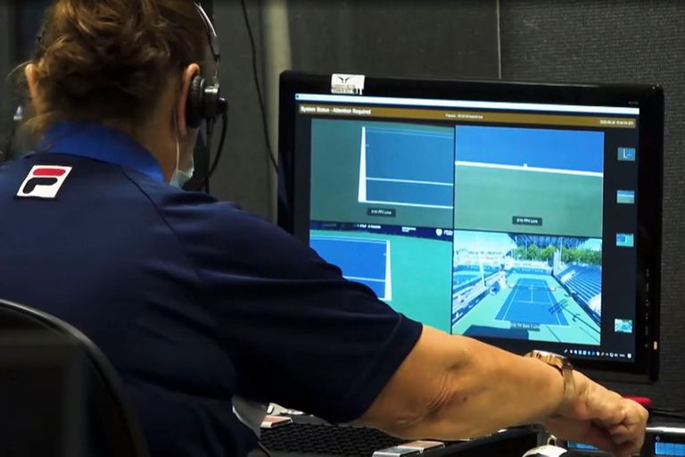 Los torneos de tenis que utilizan la tecnología cuentan con una sala con monitores desde donde el personal revisa los desafíos y envía las señales a los umpire.
