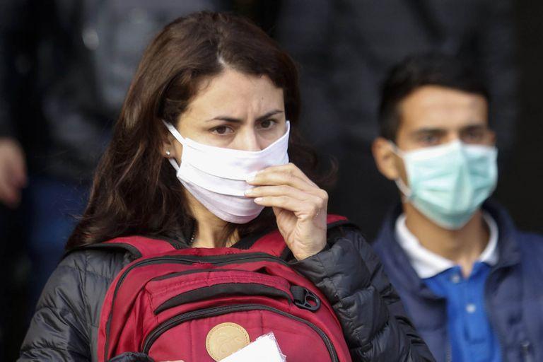 Un nuevo estudio del Centro de Control y Prevención de Enfermedades de Estados Unidos dice que el uso de doble barbijo puede resultar beneficioso para limitar la propagación del coronavirus