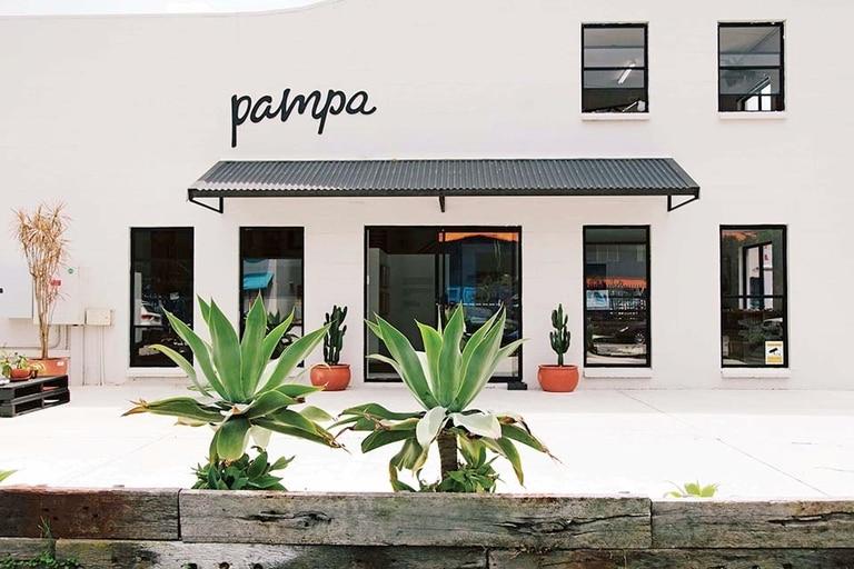 Limpia fachada del concept store y estudio que Vicky instaló en Byron Bay [un pueblito surfer que queda a casi 800 km al norte de Sidney]