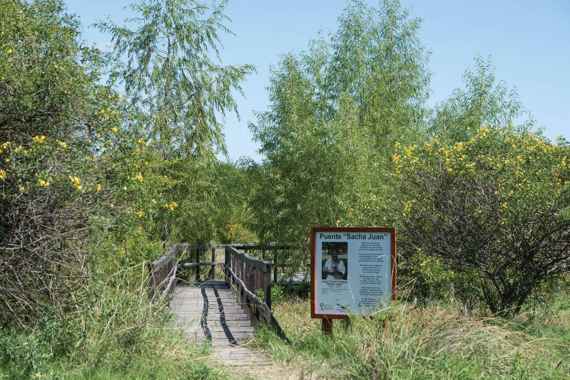 """El puente de la Reserva Natural del Pilar lleva el nombre de Juan Carlos Chebez, """"Sacha Juan"""", naturalista, poeta y conservacionista, en honor a quien fue un gran colaborador de la reserva."""