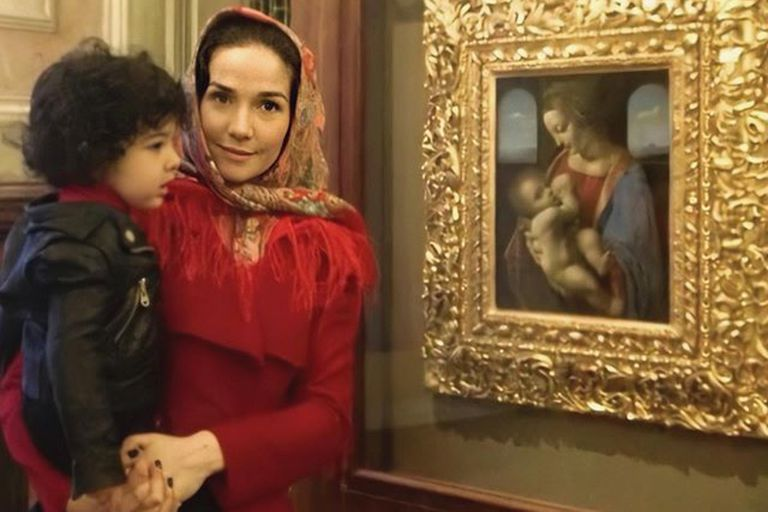 Atahualpa, su hijo, tiene 8 años y es su gran compañero de viajes. Esta imagen es de la cuenta de Instagram que la actriz abrió un mes atrás y ya tiene más de 480 mil seguidores. Se los ve frente al cuadro Madonna Litta, de Leonardo da Vinci, en el museo Hermitage de San Petersburgo.