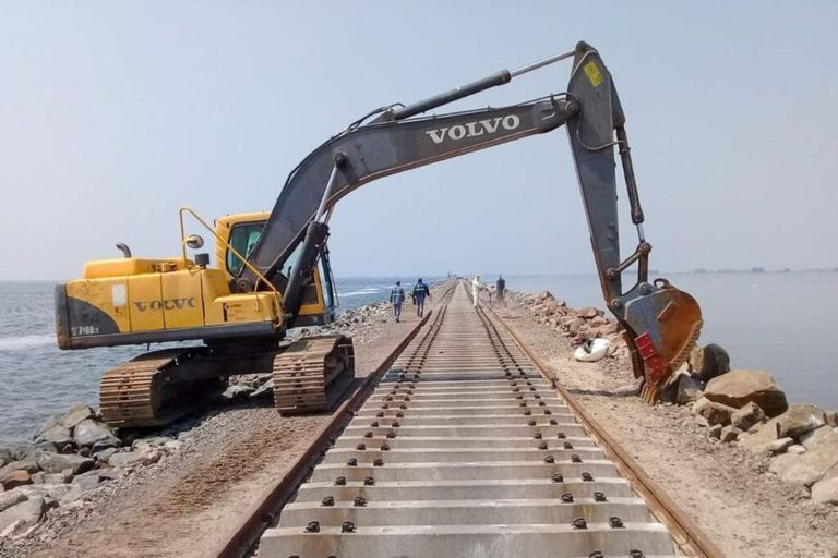 Rehabilitan una línea ferroviaria que pasa por la laguna La Picasa