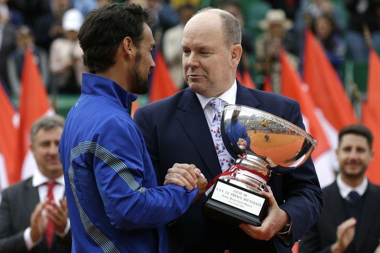 Fabio Fognini recibe la copa de manos del príncipe Alberto de Mónaco