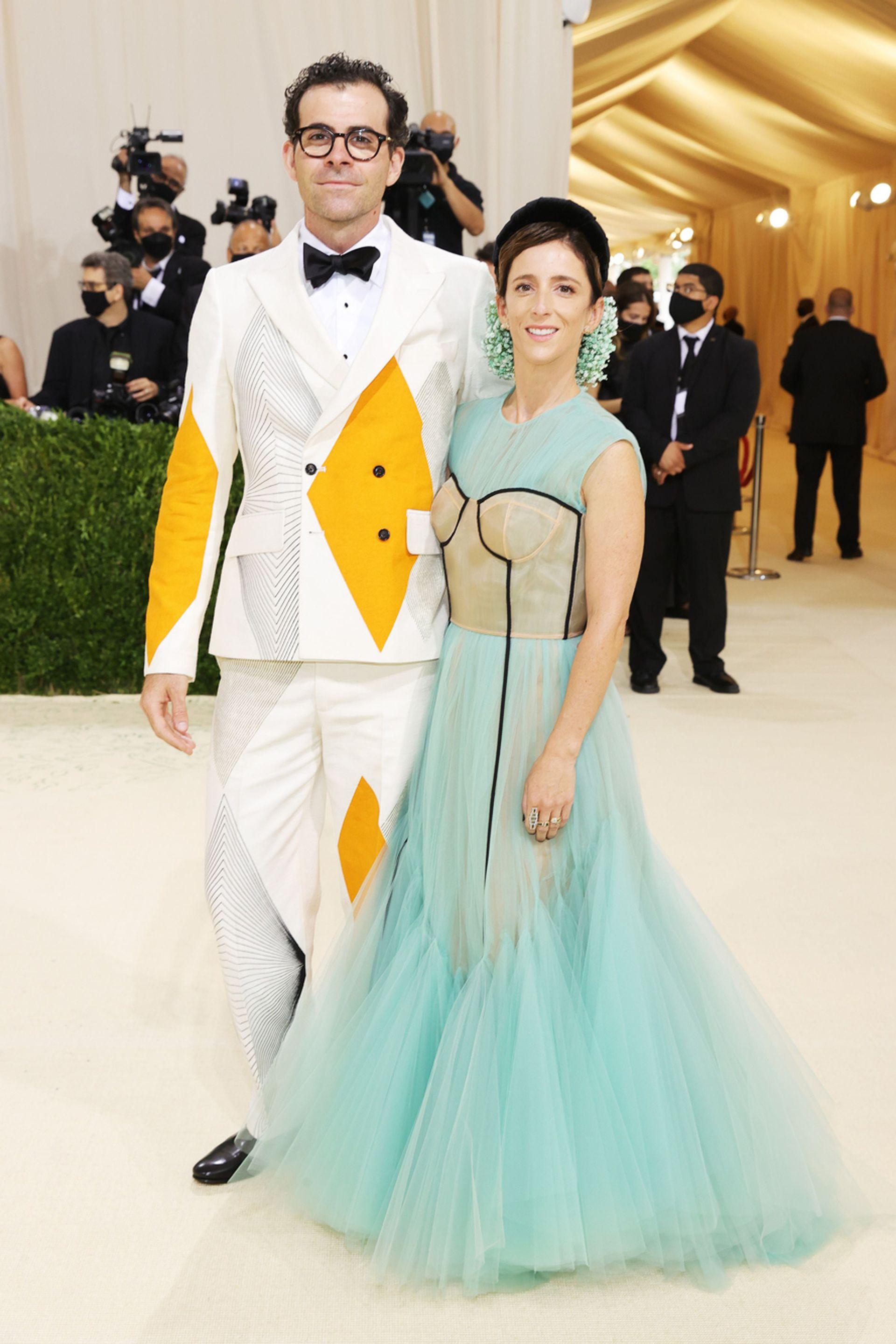 El presidente honorario Adam Mosseri y Monica Mosseri asisten a la gala en el Museo Metropolitano de Arte de Nueva York