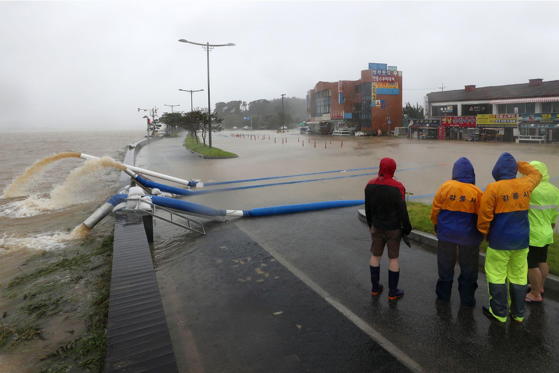 Más de 900 surcoreanos en las regiones del sur fueron evacuados ante la posibilidad de aludes.