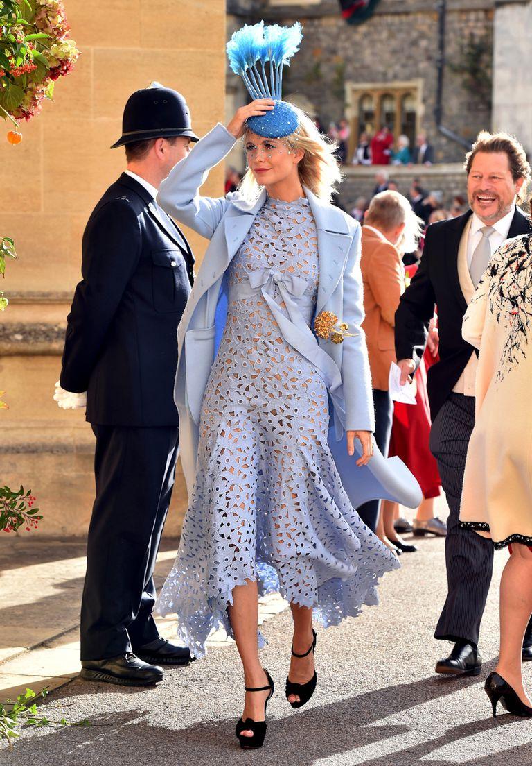 Poppy Delevingne eligio un diseño asimétrico, confeccionado en guipure con saco a tono de la colección Resort de Óscar de la Rena.