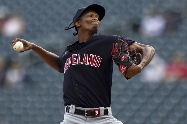 Triston McKenzie, de los Indios de Cleveland, hace un lanzamiento ante los Mellizos de Minnesota, en el primer juego de una doble cartelera, el martes 14 de septiembre de 2021 (AP Foto/Stacy Bengs)