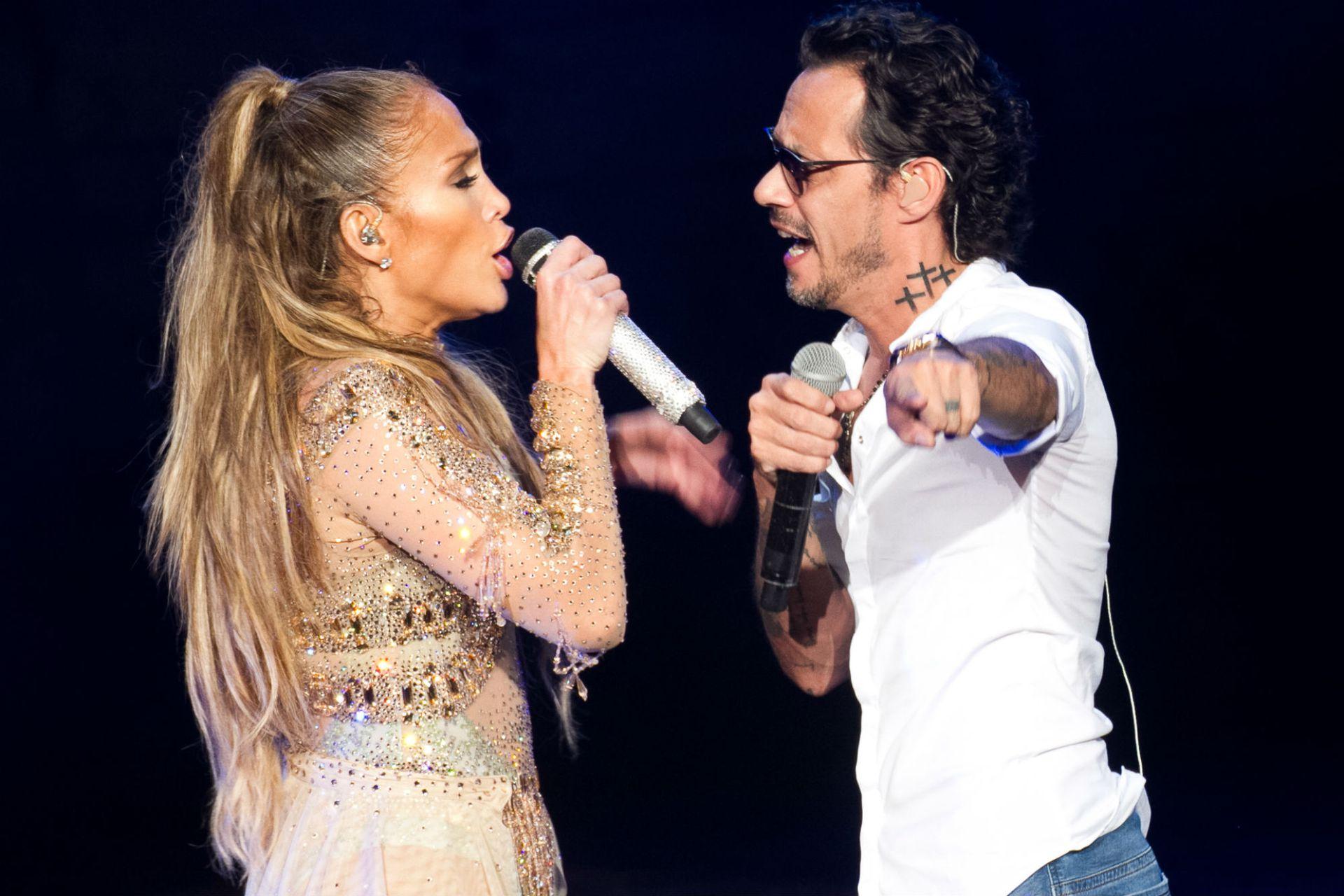 Jennifer Lopez, cantando junto al padre de sus hijos, Marc Anthony, de quien se divorció en 2014