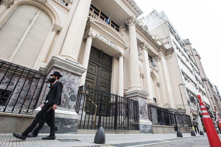 El BCRA hizo otra fuerte venta de dólares y cerró el mes perdiendo unos US$950 millones