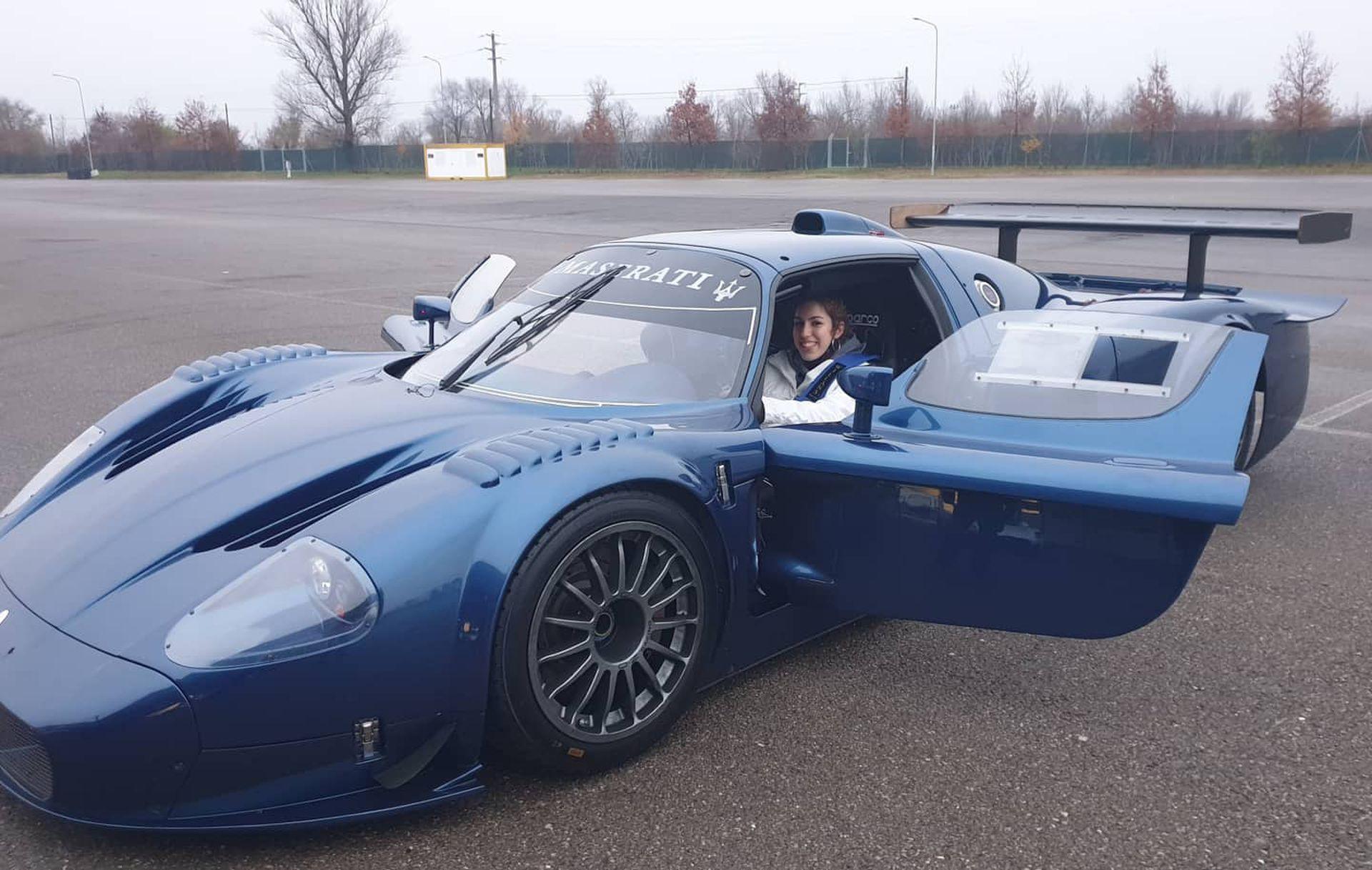 Arriba de un Maserati, otro de los autos que más le gustan