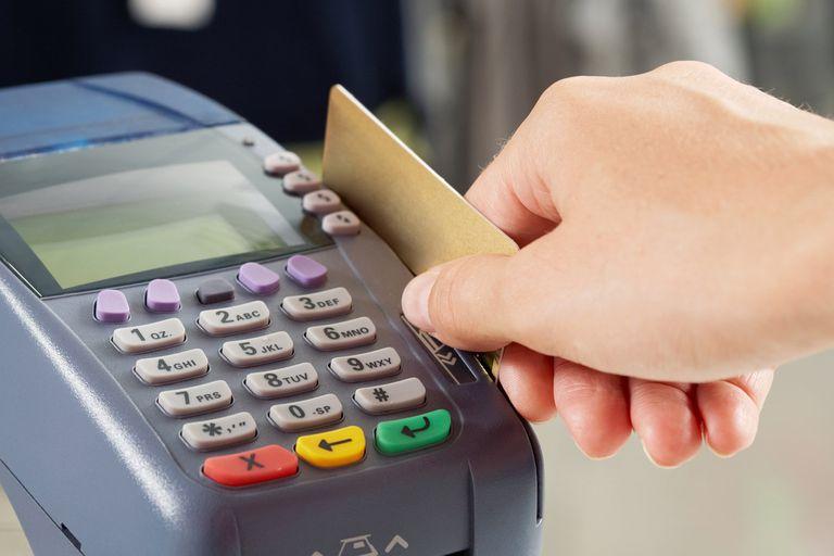 El salto del tipo de cambio complicó el escenario de quienes utilizaron su tarjeta para realizar consumos en el exterior; claves para evitar errores y no pagar de más
