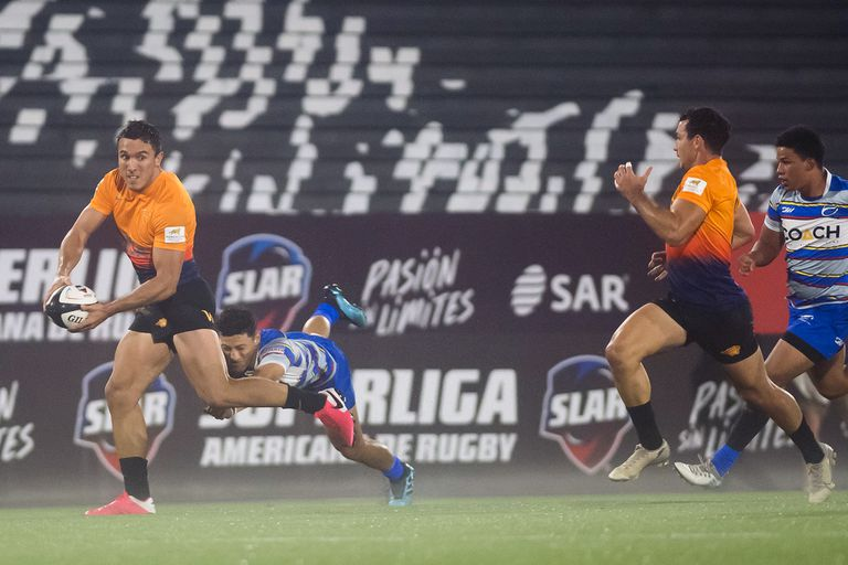 Tomás Cubilla, a punto de pasar la pelota ante el tackle; como se aguardaba, hubo demasiada diferencia entre Jaguares XV y Cafeteros Pro, de Colombia.