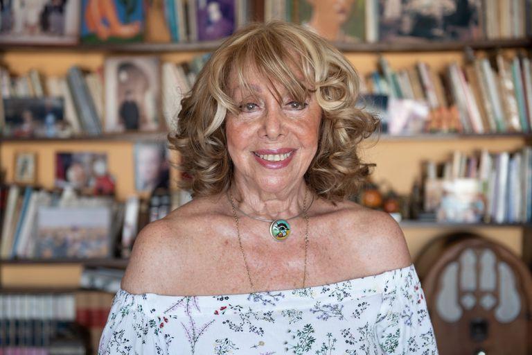Nora Perlé conduce todos los fines de semana, por Mitre, Canciones son amores