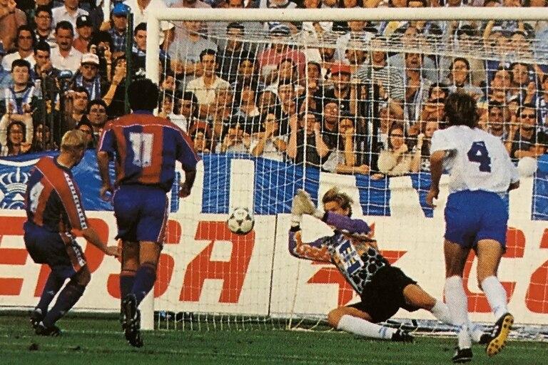 El penal que le atajó a Ronald Koeman, siendo arquero de Tenerife. Ganaron 2-1