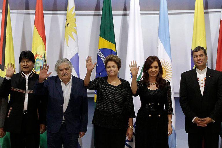Los expresidentes Evo Morales (Bolivia), José Mujica (Uruguay), Dilma Rousseff (Brasil), Cristina Kirchner (Argentina) y Rafael Correa (Ecuador), en un encuentro del Mercosur, en 2012
