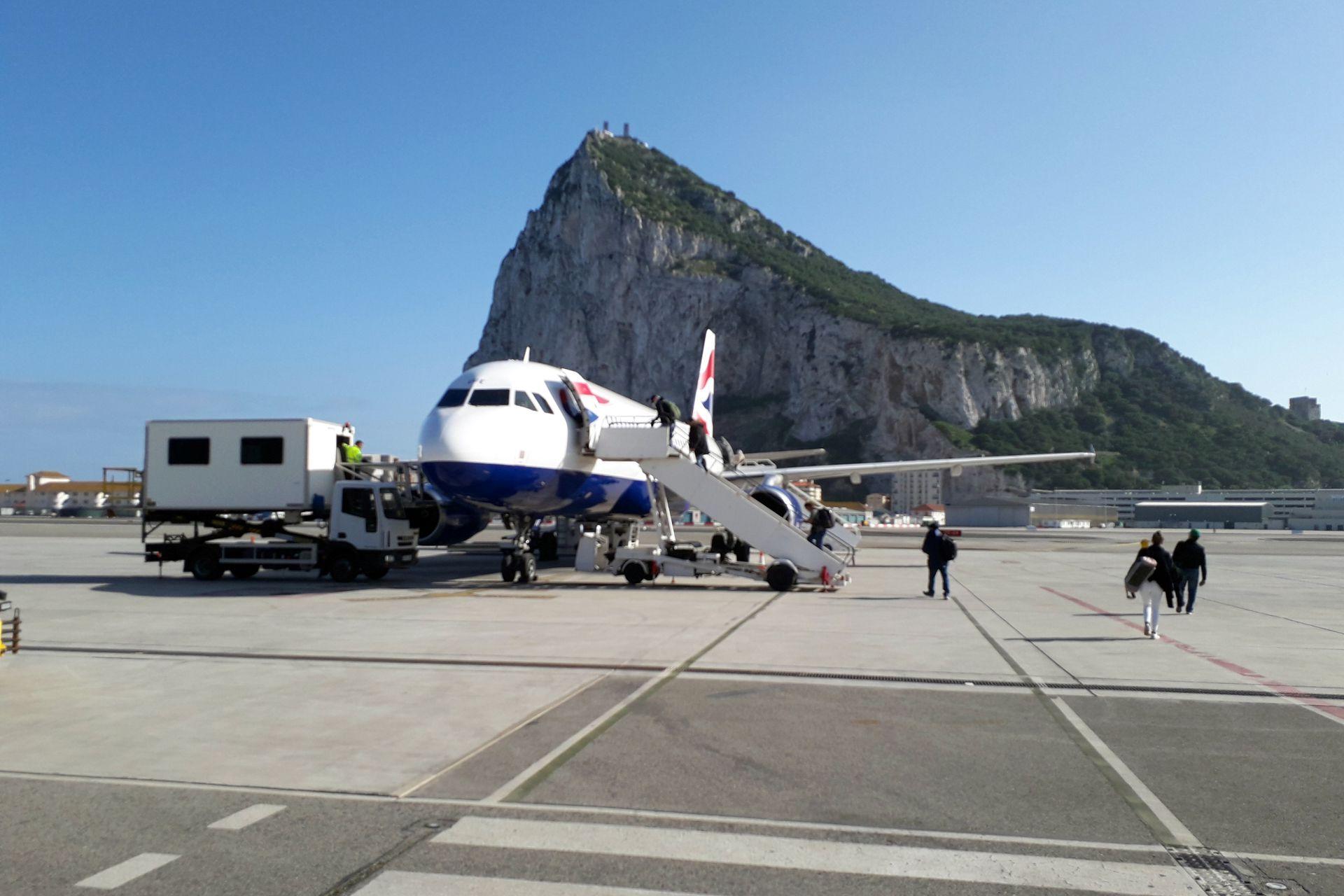 El istmo de arena está actualmente ocupado por el Aeropuerto de Gibraltar.