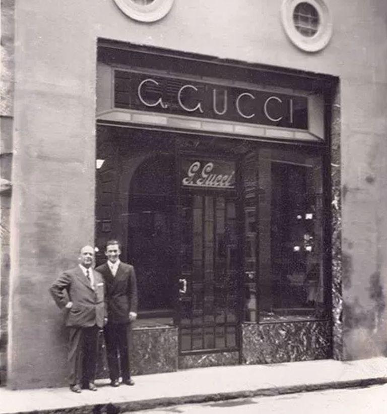 Guccio y Rodolfo, su primogénito, en el primer local de la firma en Florencia, Italia
