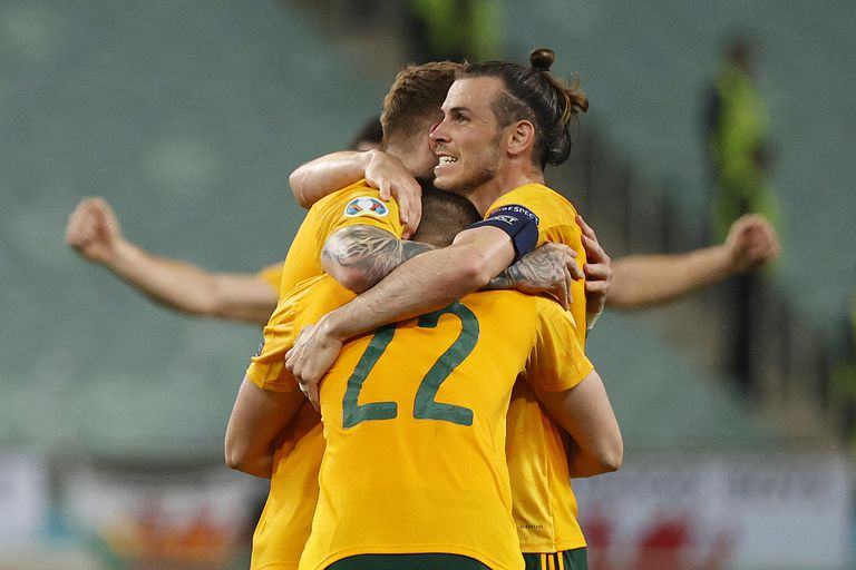 Gareth Bale abraza a sus compañeros en el triunfo de Gales sobre Turquía por 2 a 0 en el duelo de la Eurocopa