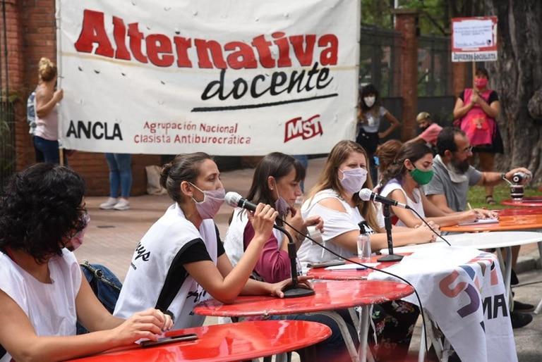 Clase publica de los representantes de los gremios docentes frente a la residencia de Olivos, sobre av. Maipu, contra el inicio de las clases presenciales
