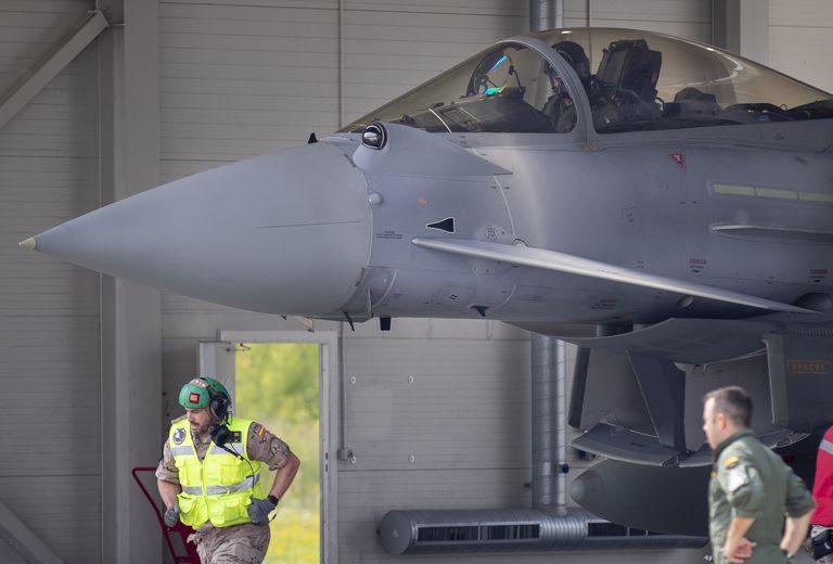 El piloto del avión caza español Eurofighter Typhoon se prepara a despegar durante la misión policial aérea de la OTAN en el Báltico durante la visita del presidente lituano Gitanas Nauseda y el presidente del gobierno español Pedro Sánchez a la base aérea Siaulai, 220 kilómetros al este de Vilna, Lituania, jueves 8 de julio de 2021. (AP Foto/Mindaugas Kulbis)