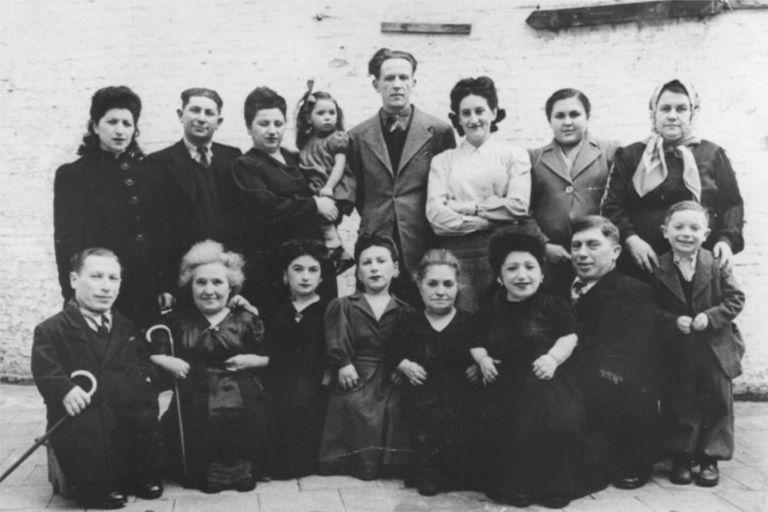 La familia Ovitz completa en Bélgica, en el año 1949, antes de partir a Israel