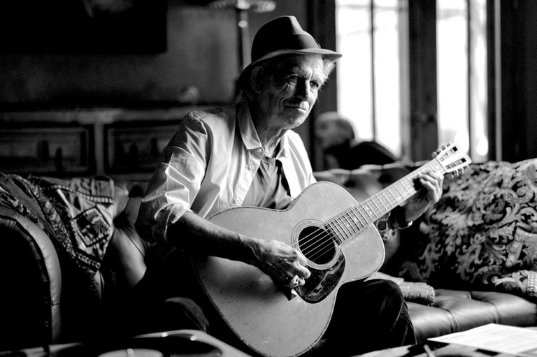 Keith Richards cuenta los artistas que lo marcaron, como Chuck Berry, James Brown y Louis Armstrong, habla de Black Lives Matters y del rescate de Live at the Hollywood Palladium, una grabación con su grupo los X-Pensive Winos
