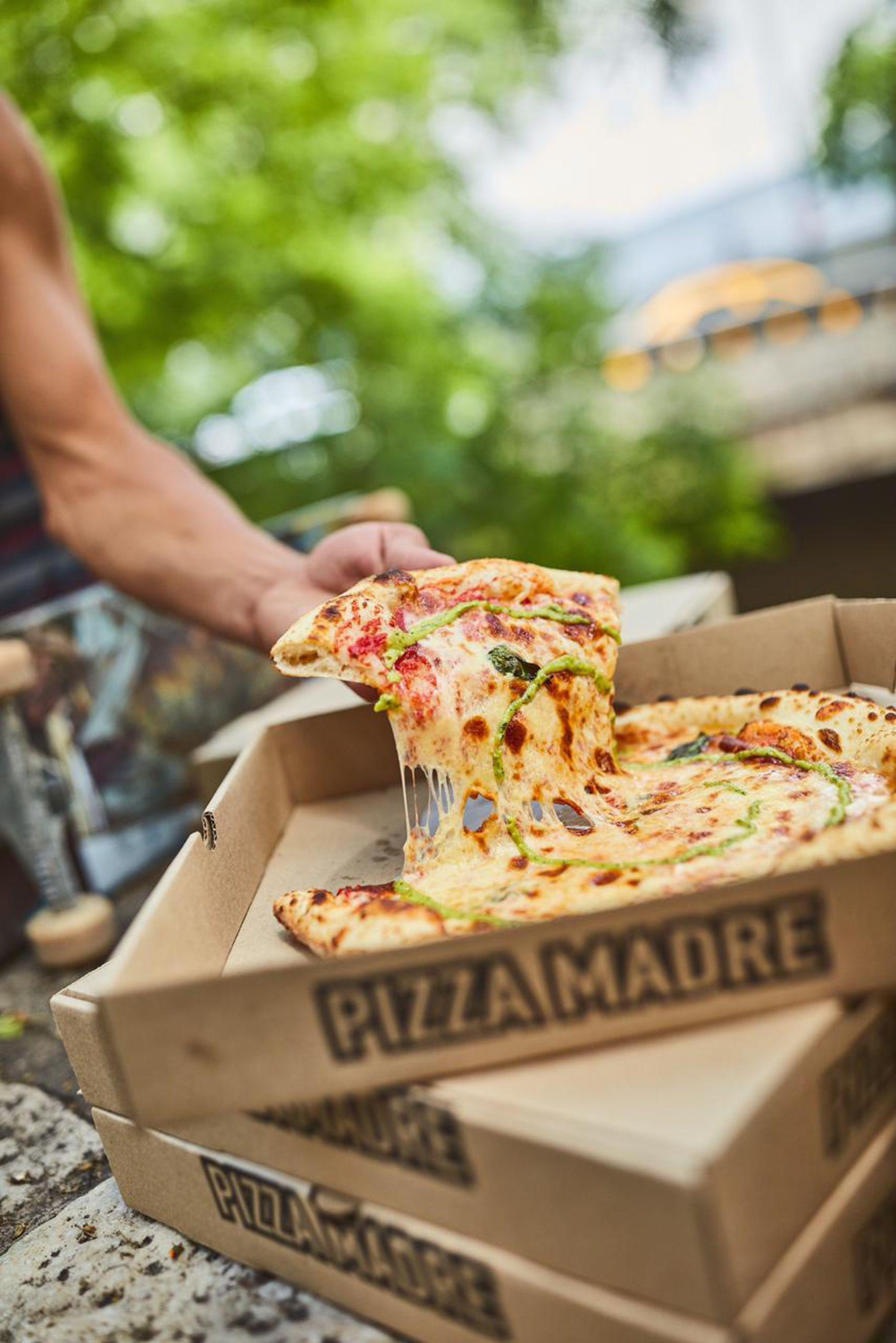 Pizza bajo las tipas de La Cañada