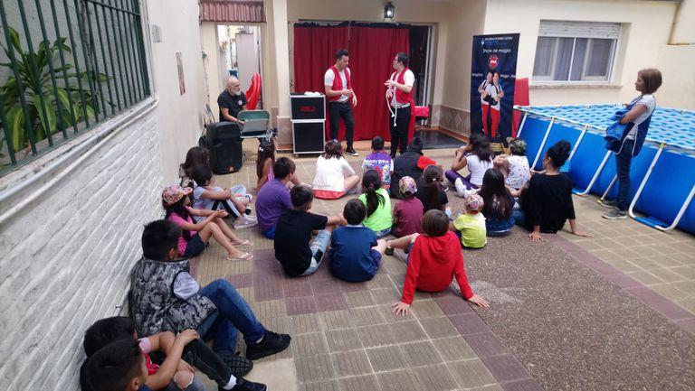 En plena función en el hogar de niños Asunción, con el apoyo de Fundación Paolini.