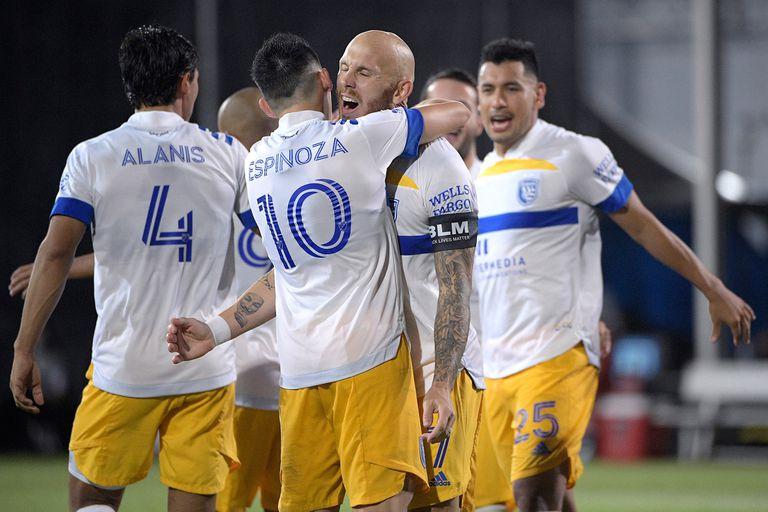 Espinoza, autor del primer gol, se abraza con el sueco Eriksson, que marcó dos penales