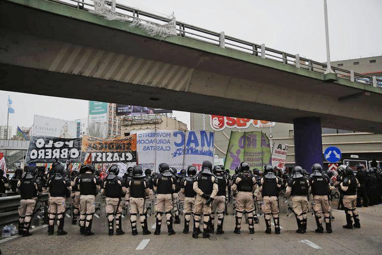 Distintas organizaciones sociales cortan el puente Puaeyrredón