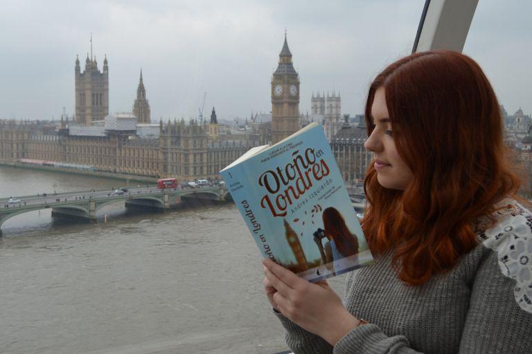 Es autora de una trilogía que inicia con Otoño en Londres