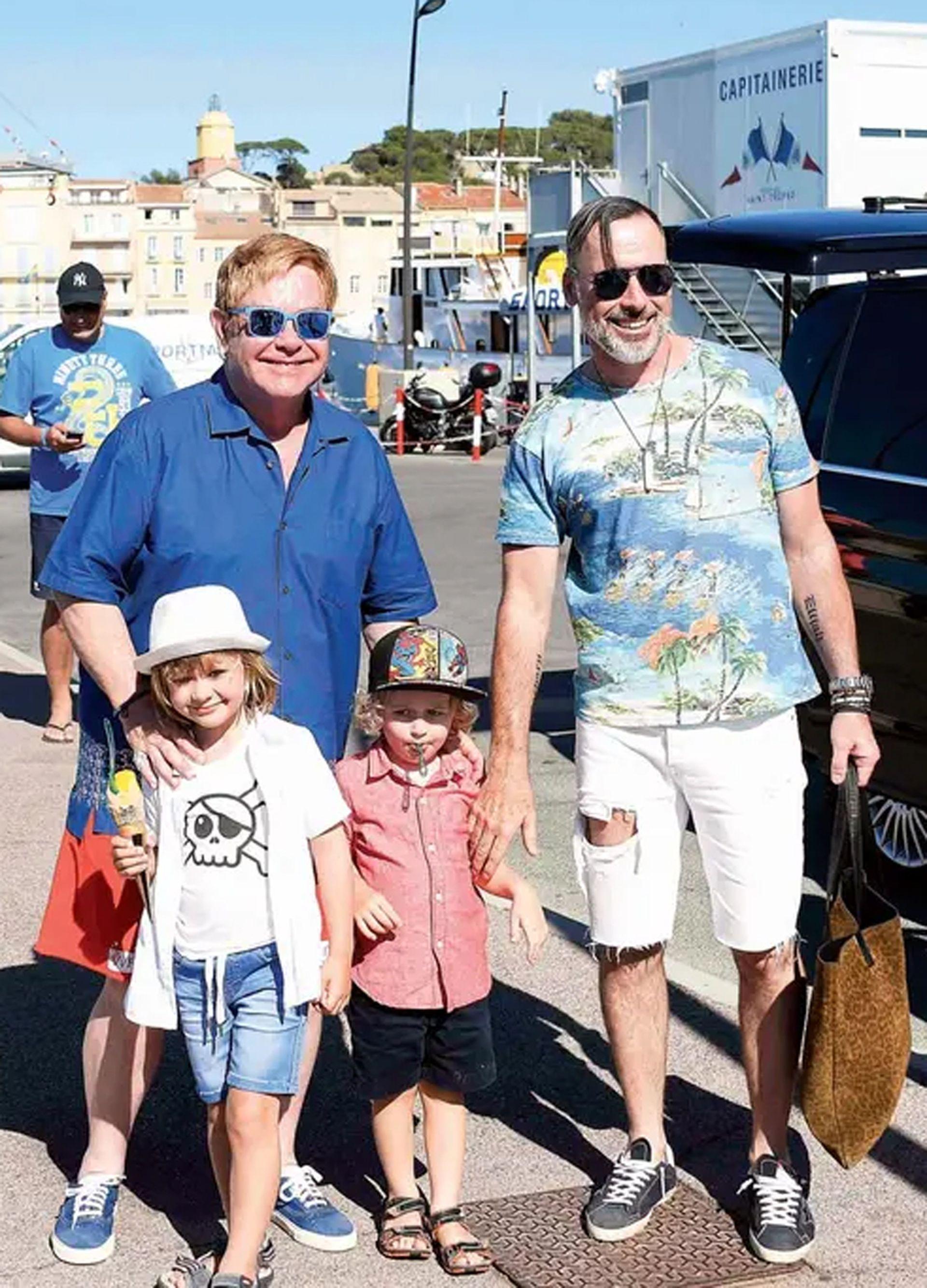 Elton John junto a Furnish y sus dos hijos