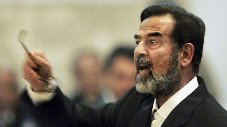 Saddam Hussein testificando durante su juicio en Bagdad, en 2006