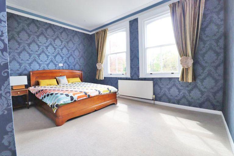 Los dormitorios y otros ambientes de la casa son tradicionales