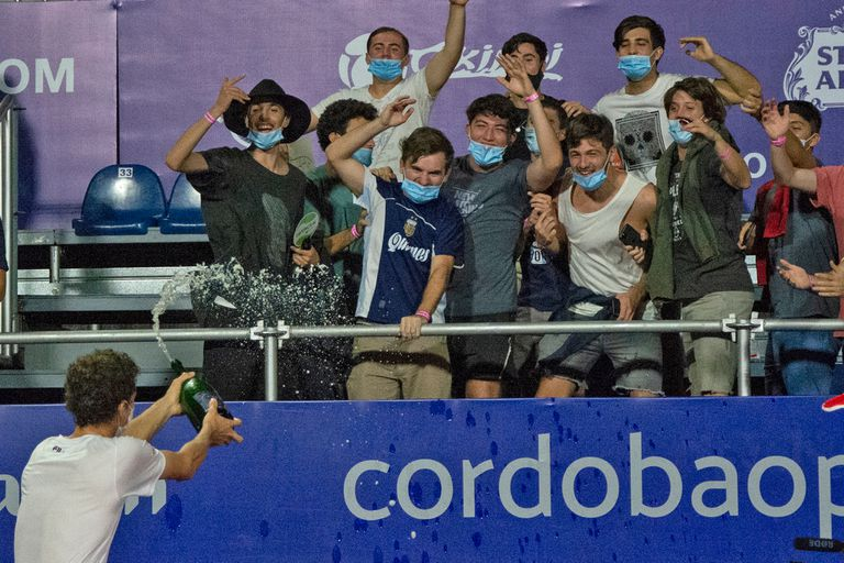 Juan Manuel Cerúndolo celebró el título ATP en el Polo Deportivo Kempes junto con el grupo de sus amigos del colegio que viajaron a Córdoba para alentarlo.
