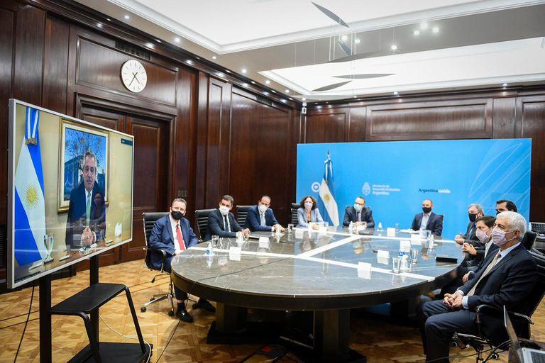 El presidente Alberto Fernández durante el encuentro virtual que sostuvo ayer con parte de su equipo y empresarios