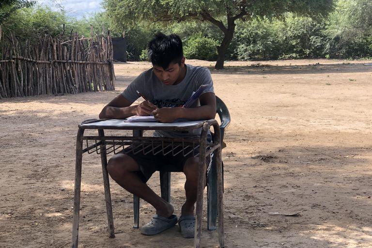 Como Kevin no tenía un escritorio en su casa, en su escuela le donaron un banco para que pudiera hacer la tarea