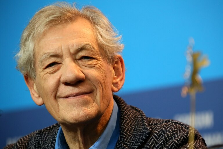 Ian McKellen se aplicó la vacuna anti coronavirus y le recomendó al resto de la población que hiciera lo mismo
