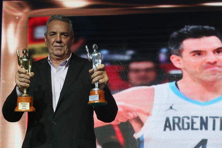 Mario, el papá de Luis Scola, posa con los Olimpia de Plata y Oro que ganó su hijo, elegido mejor deportista argentino de 2019
