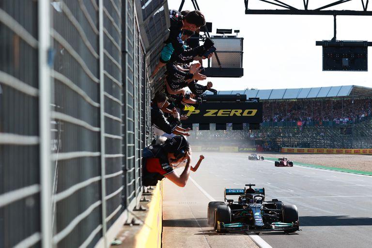 Hamilton sacó de la carrera a Verstappen y se quedó con el GP de Silverstone en un final apasionante