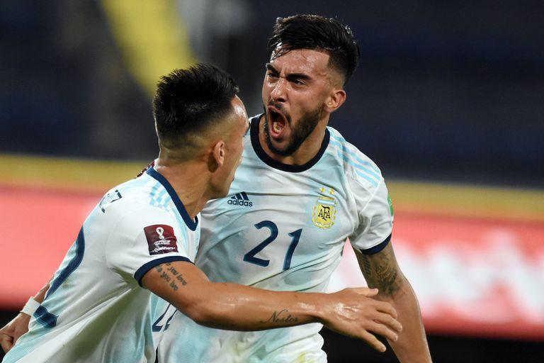Nicolás González festeja con Lautaro Martínez su gol frente a Paraguay, por las eliminatorias sudamericanas.