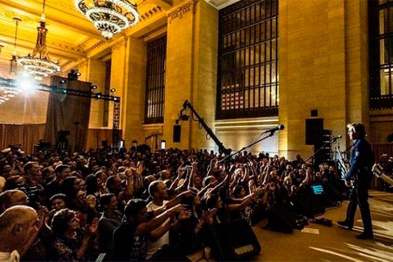 Ante 300 invitados, el célebre músico tocó temas de los Beatles y presentó el material de su nuevo álbum en la la estación terminal de Grand Central