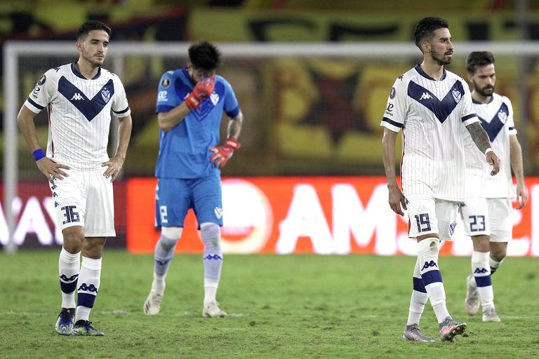 Los jugadores de Vélez reaccionan después de perder contra el Barcelona de Ecuador en octavos de final de la Copa Libertadores.