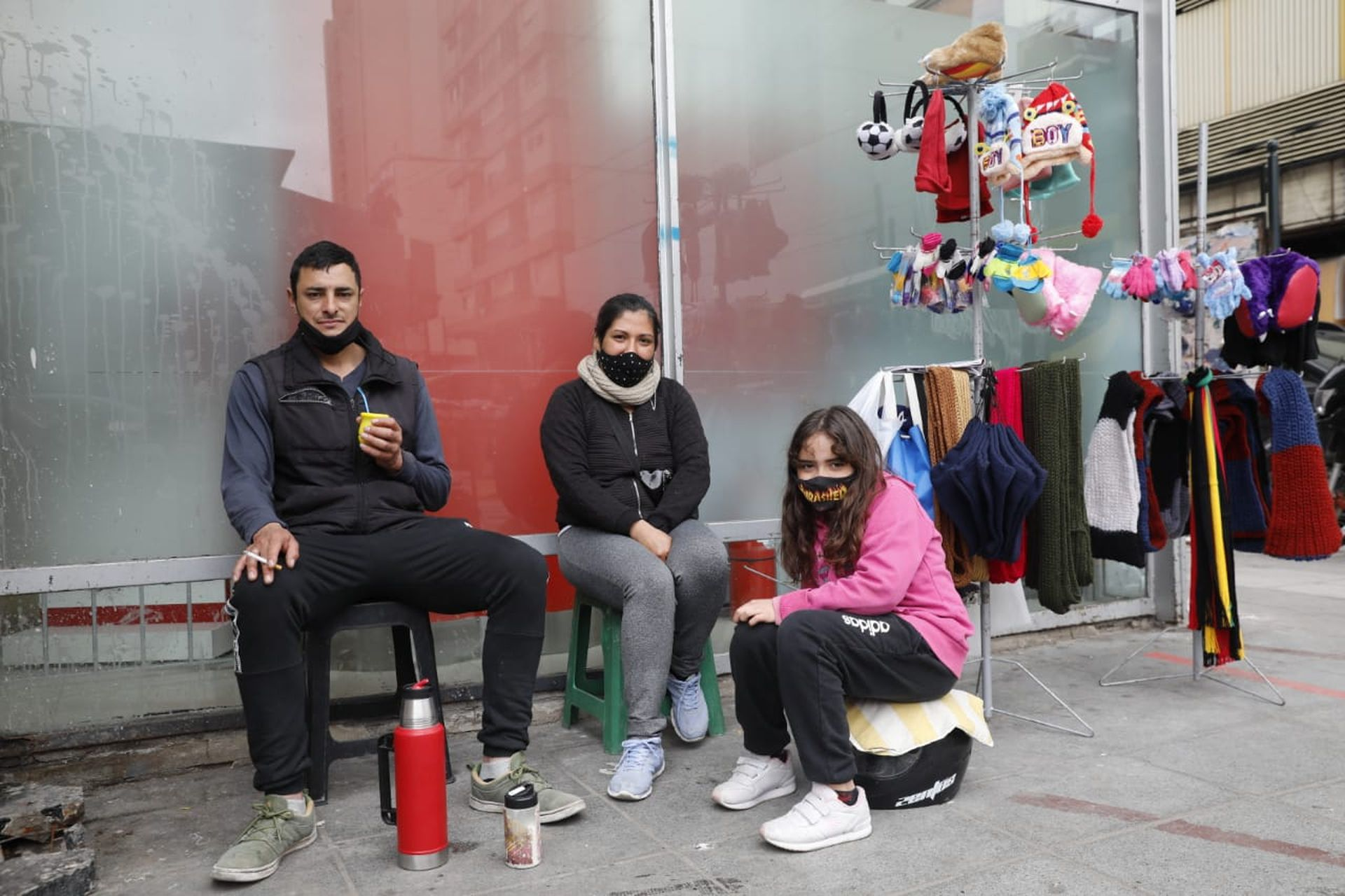 Cuando lo echaron del frigorífico, Andrés Blanco se puso a vender ropa en la calle con su mujer Leonela y su hija Uma